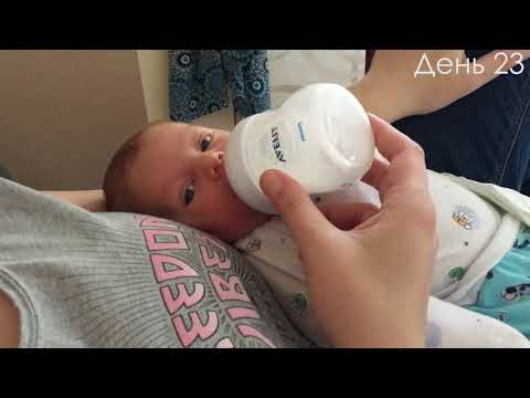Младенец кушает из бутылочки и зевает!