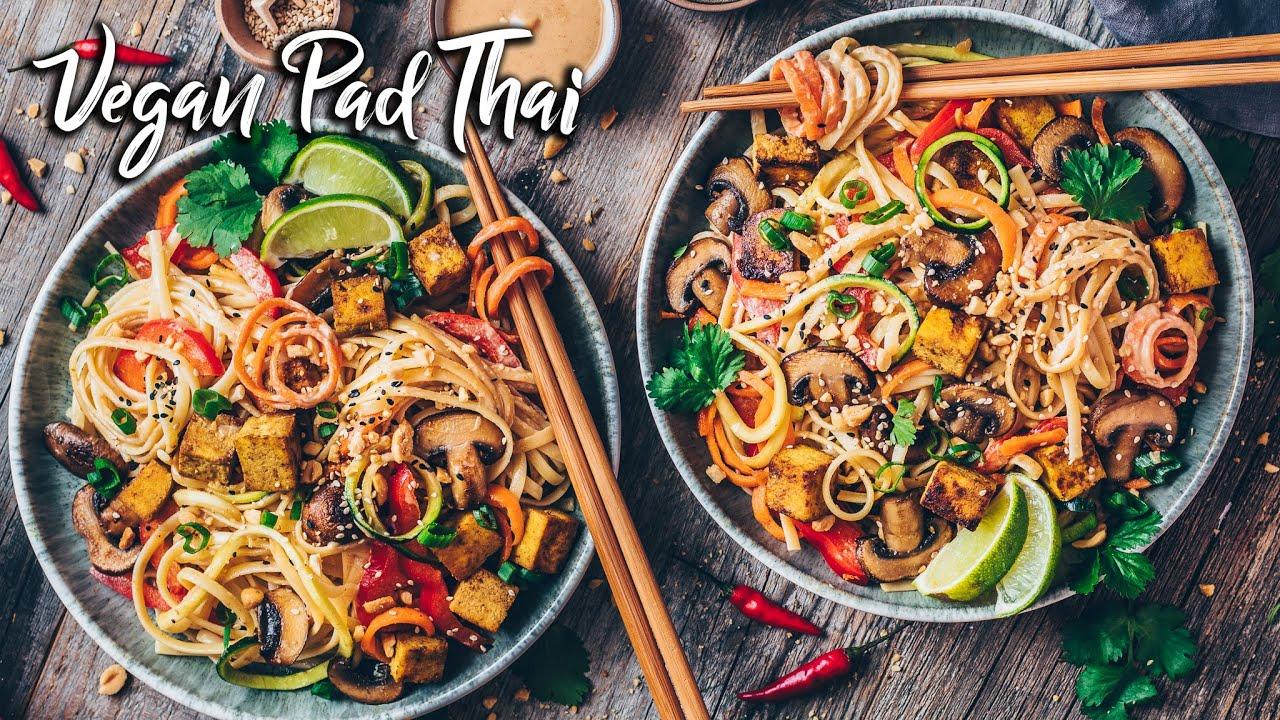 Veganes Pad Thai mit Gemüsenudeln, knusprigem Tofu und cremiger Erdnuss-Sauce *Das BESTE Rezept*