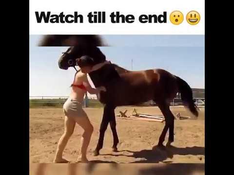 Questa ragazza non riesce a salire sul cavallo ma il