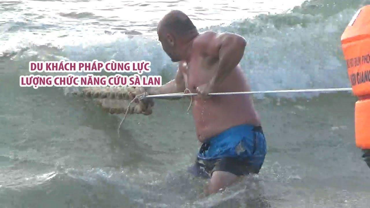 Du khách Pháp lao ra biển nắm dây cứu sà lan bị sóng đánh
