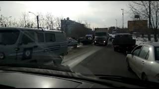 На Блюхеровском мосту водители встали в пробку из-за перевернувшейся машины