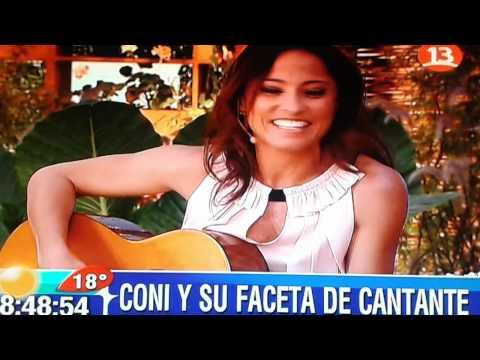 Coni Santa María cantando