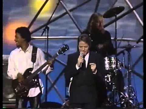 Robert Palmer - I Didn't Mean To Turn You On (1987).flv