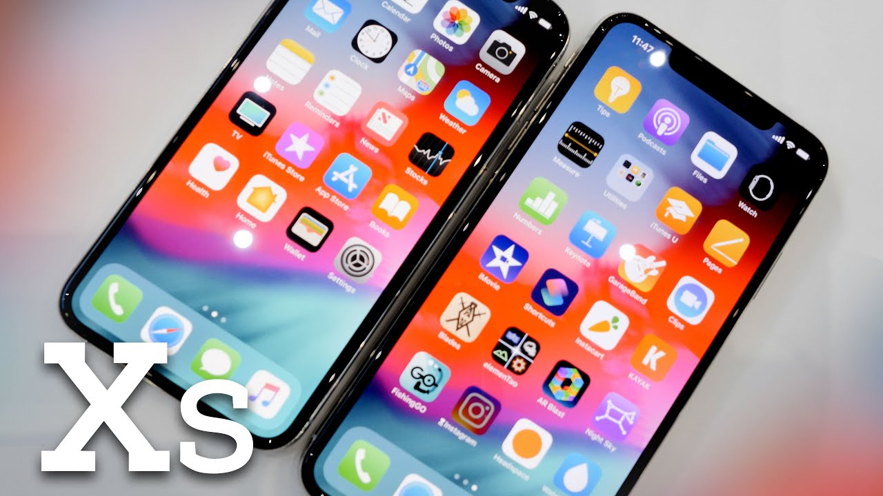iphone xs in hand