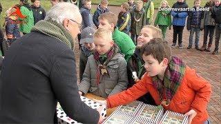 Dedemsvaart/Hardenberg: Jubilerende Welpen bieden burgemeester taart aan