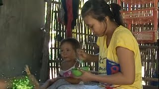 Ba Mẹ mất để lại chị 14 tuổi mót mủ cao su nuôi 2 em nhỏ