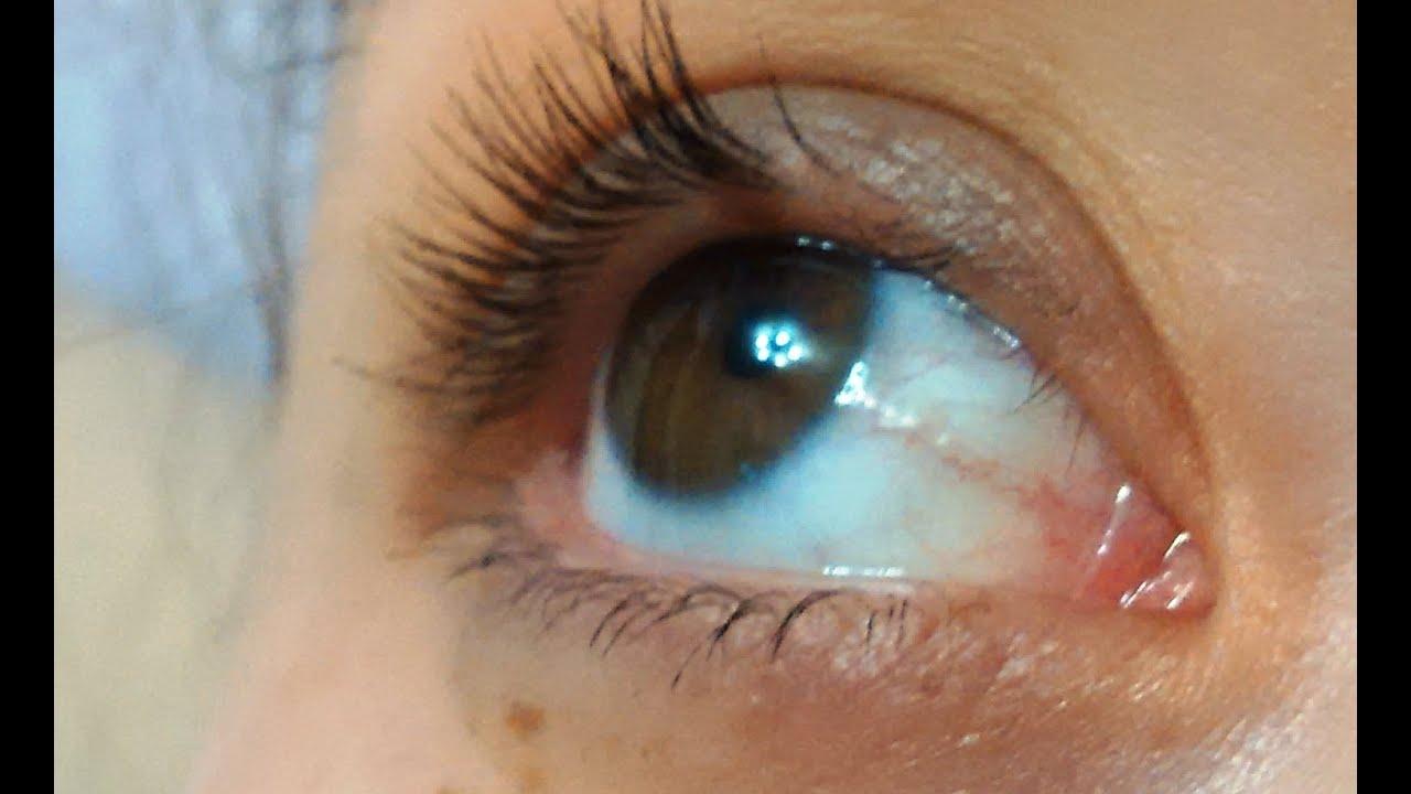 То, к чему снятся нарощенные ресницы, сонник трактует как попытку пустить пыль в глаза.