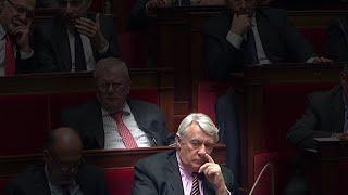 Le député Claude Goasguen se met le doigt dans le nez 24-11-2015