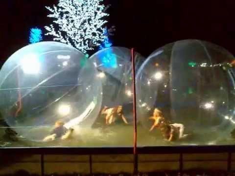 Зорб представляет собой прозрачный надувной шар (диаметром 3,2 м), внутри которого находится ещё один шар (диаметром 2м), где и размещается.