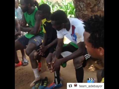 Adebayor gioca a calcio sulle strade del Togo