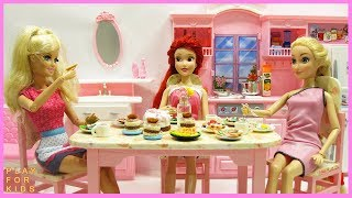 Barbie Doll morning routine in kitchen. 🍔 DoIls cooking breakfast.