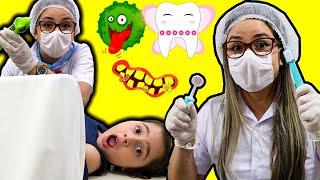 Heloísa e Mamãe brincam de ser médica por um dia