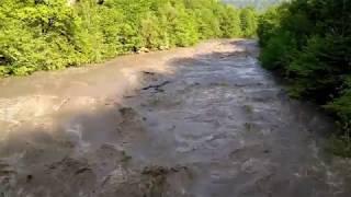 Наводнение на реке Белой в горах после сильного дождя и таяния снега