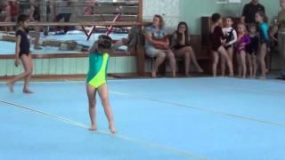 Как дети балуются на соревнованиях по спортивной гимнастике