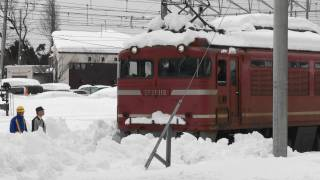 The freight train could not move due to heavy snow. 2012.2.11 JR信...