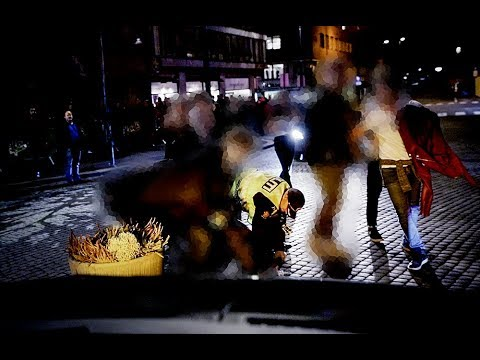 Her går en kvinne til angrep på Oslo-politiet