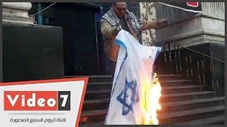 مواطن يشعل النيران فى علم إسرائيل تضامنا مع القضية الفلسطينية