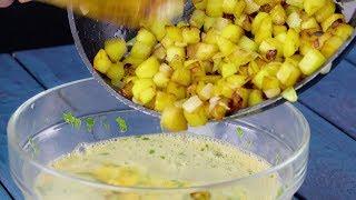 La cuisinière jette les pommes de terre dans les oeufs crus. Ce qu'elle prépare est un délice !