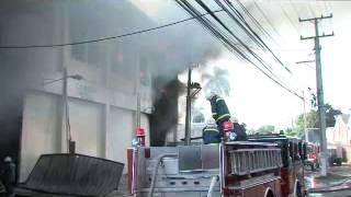 Desde la madrugada incendio consume almacén en la Autopista Duarte