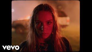 Смотреть клип Holly Humberstone - Drop Dead