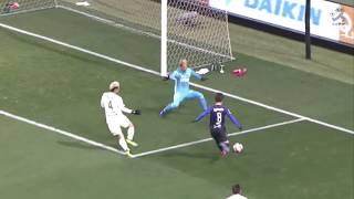 ゴール前に走り込んだ小野瀬 康介(G大阪)が右後方からのパスをワンタ...