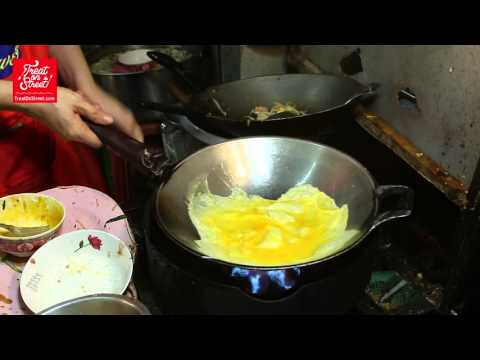 Bangkok Street Food | Thai Noodle Fried with Shrimp Bean Sprouts and Egg Omelete | Asian Street Food