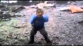 harika oynuyor komik çocuk