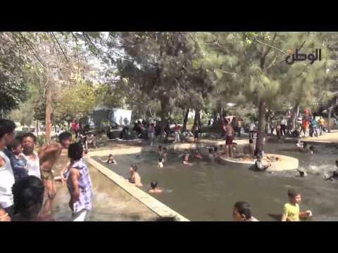 أطفال يسبحون عرايا في برك ونافورات الحدائق العامة thumbnail