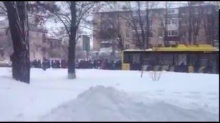 Полтавські пенсіонери пхають тролейбус