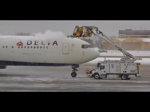 (HD) Airplanes in the Snow - Terminal Plane Spotting Minneapolis International Airport