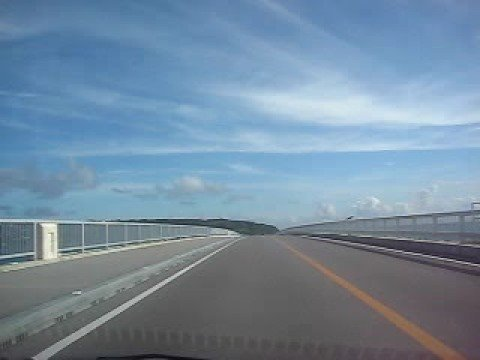 古宇利大橋を車で一気に渡る!