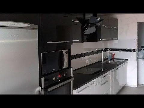 Черно-белая глянцевая кухня в современном стиле