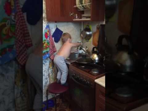 Артём моет посуду