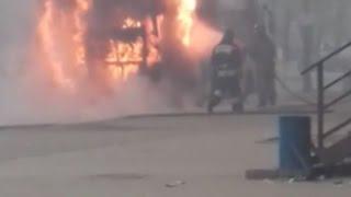Автобус горит на остановке: ВИДЕО