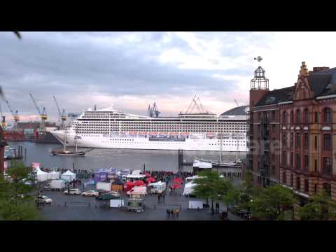 Cruise Ship Playing 'Seven nation army' and 'happy birthday' melody