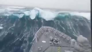 Корабль попал в идеальный ШТОРМ!!!!