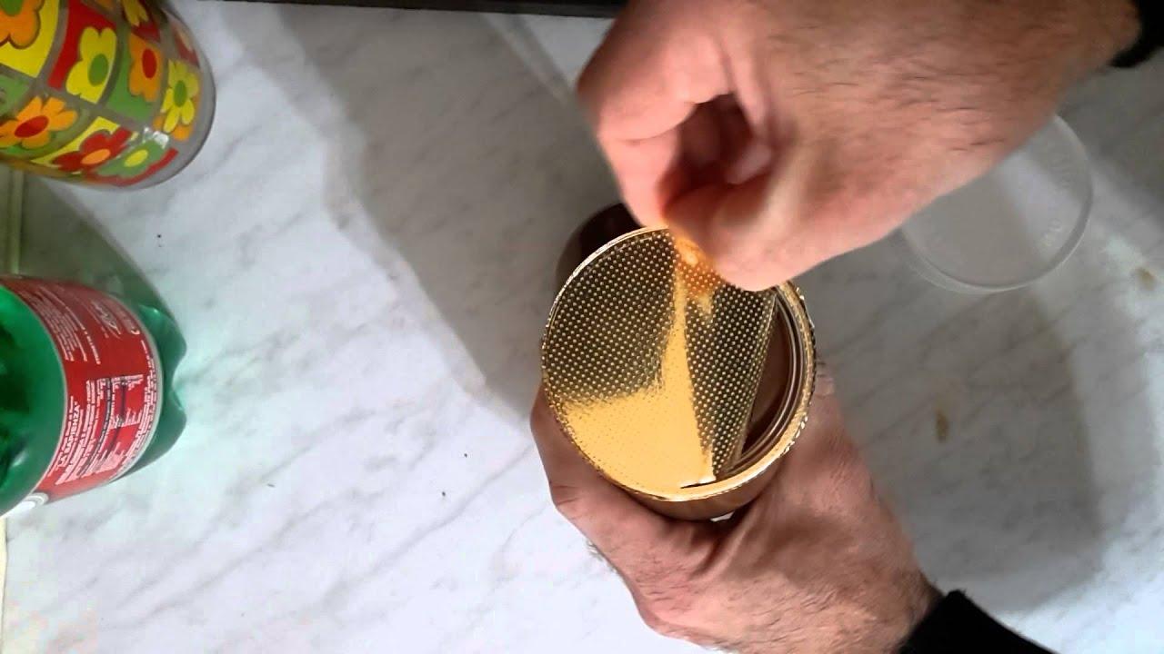 Ecco come aprire un barattolo di latta con un cucchiaio