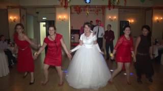 Танец молодых с друзьями