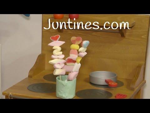 Nos enseñan a hacer brochetas de chuches en la juguetería La Luciérnaga