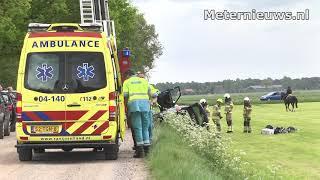 Auto duikt sloot in in Giethmen
