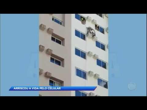 Homem quase cai de prédio por causa do celular