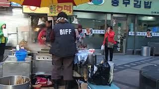 2014年12月05日10時22分 釜山 露天商のケンカ