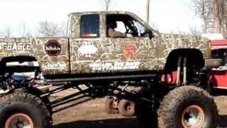 BAGGED BIG BLOCK CAMO GMC 4x4 MUD TRUCK BLASTS THE DEEP RUTS!