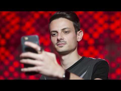 CHIAMO ROVAZZI -selfie mossi?! (TUTTO MOLTO INTERESSANTE PARODIA)