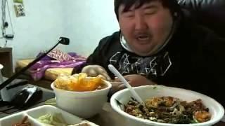Кореец ест и смеётся!