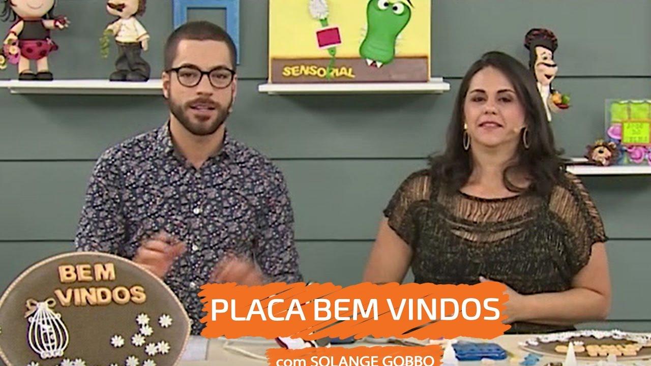 Solange Gobbo com Placa Bem Vindos | Vitrine do Artesanato na TV