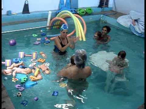 Incr vel beb s nadando pela primeira vez pool shop for Piscina p bebe