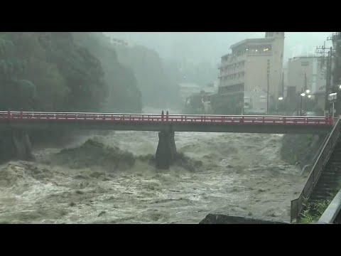 """Япония приходит в себя после разрушительного тайфуна """"Хагибис""""."""