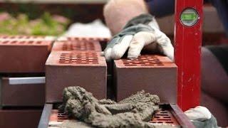Кладка кирпича своими руками(Видео-ролик для начинающих каменщиков и строителей. Правильная кладка стен из облицовочного кирпича, инстр..., 2015-06-19T10:08:04.000Z)