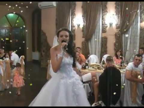 Невеста на свадьбе поёт маме